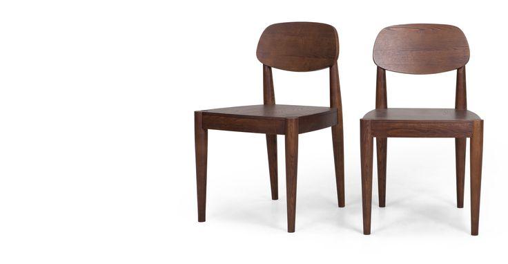 La paire de chaises Joseph en frêne foncé est en frêne, plaqué frêne et bois d'ingénierie.