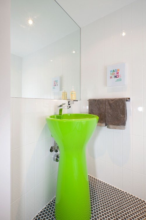 besides the fab green sink, I love that little print on the wall- will have to make it for our powder room