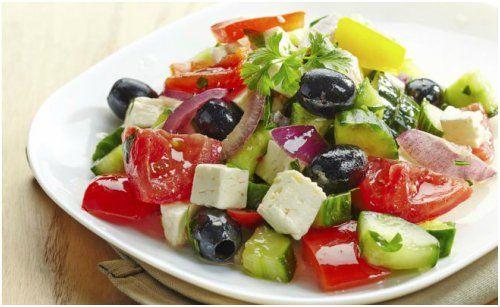 Las ensaladas son un plato nutritivo que siempre debería estar en nuestras comidas diarias, porque es una buena forma de comer balanceado y propinarle al organismo las vitaminas que necesita …