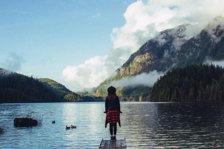 девушка, женщина, люди, шляпы, куртки, пальто, мода, одежда, озеро, река, вода, пристань, горы, деревья, пейзаж, природа, на открытом воздухе, приключения, небо, облака, солнце