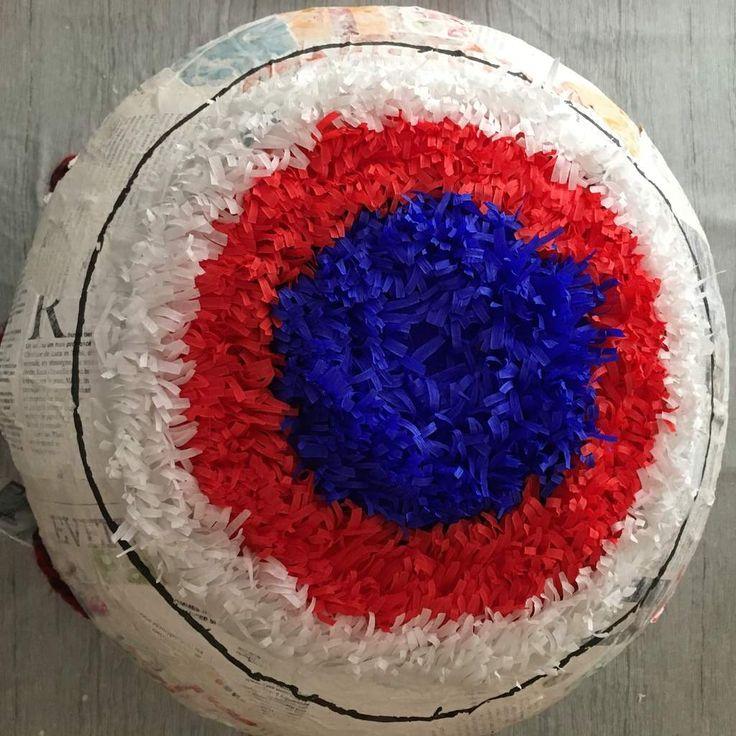 Coller le papier crépon en commençant par le centre. En l'appliquant de manière circulaire.