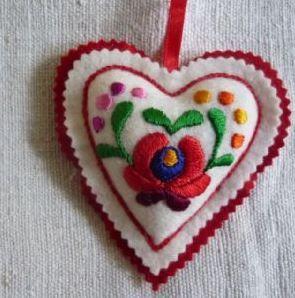 Deshilachado: Corazones de fieltro bordados / Felt embroidered hearts