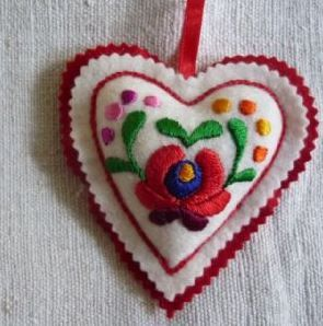 Deshilachado: Corazones de fieltro bordados / Felt embroidered hearts