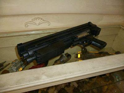 Para hacer el mango del rifle usé partes de una pistola de juguete dañada y la uní al toner de impresora.