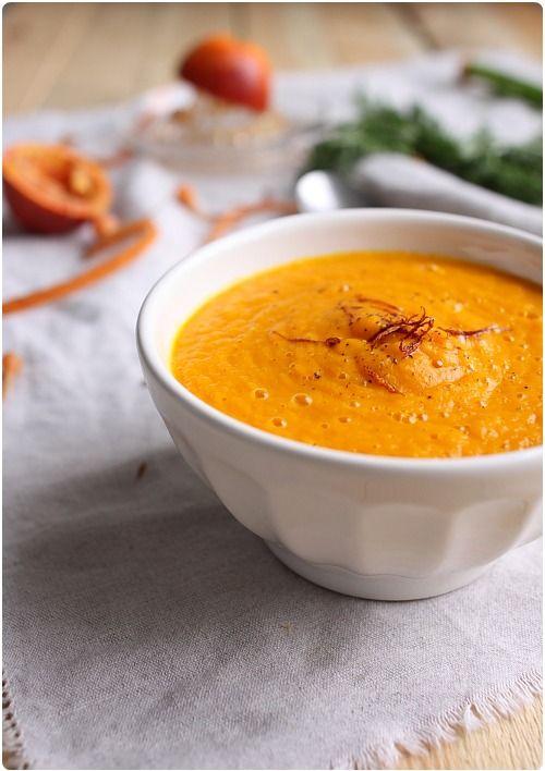 soupe-carotte-curry-orange Pour 2 personnes      450g de carottes     1 oignon moyen     1 cube de bouillon de volaille     1 orange sanguine     1cc de curry     sel     poivre faire revenir les légumes puis saupoudrez de curry sel poivre dorer 10mn a feu moyen ajoutez le bouillon couvrir d eau à 2 cm cuire 1h à frémissement.Mixer en ajoutant l eau au fur et a mesure ajoutez le jus d orange