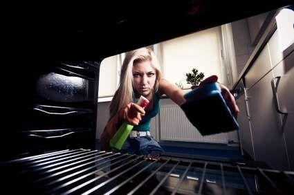 Wasser auf ein Backblech geben und etwas Spülmittel hinzugeben. Das Backblech in den Ofen schieben und bei etwa 100 Grad Unterhitze das Wasser langsam verdunsten lassen. Während des Vorganges nicht die Ofentür öffnen, damit der Wasserdampf nicht entweichen kann. Der Wasserdampf wird dann die starken Verschmutzungen lösen, so dass im Anschluss ein Lappen ausreichend sein dürfte, um diese aus dem Ofen zu wischen.