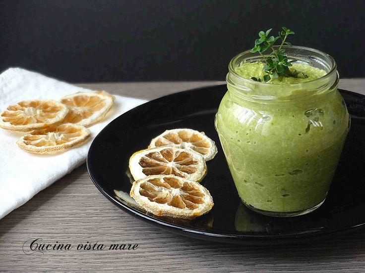 Il pesto di asparagi è un condimento delicato e fresco, una salsa morbida e cremosa da utilizzare sulla pasta, sulle bruschette o con carne e pesce.