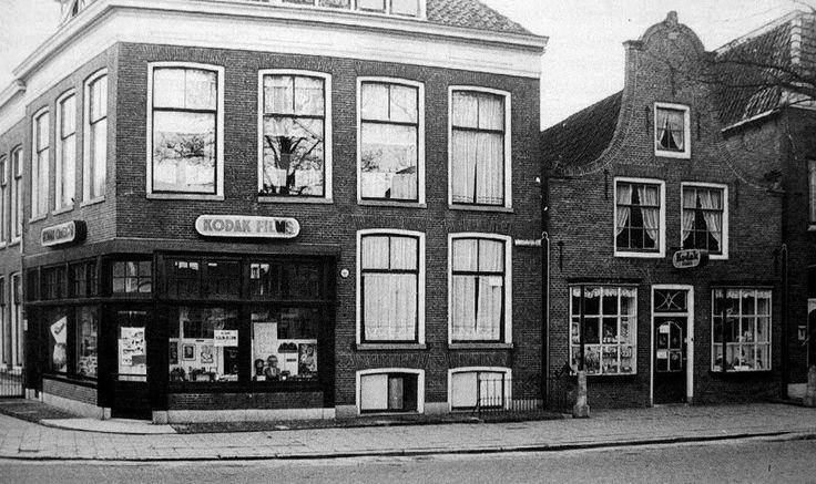 De Brouwersstraat hoek Heiligeweg in Harlingen omstreeks 1955