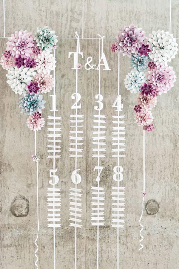 Seating plan o meseros para los invitados de boda, decoración con flores de papel y madera. Una idea bonita y original. Ignore the seating plan - just reference for hanging paper flowers