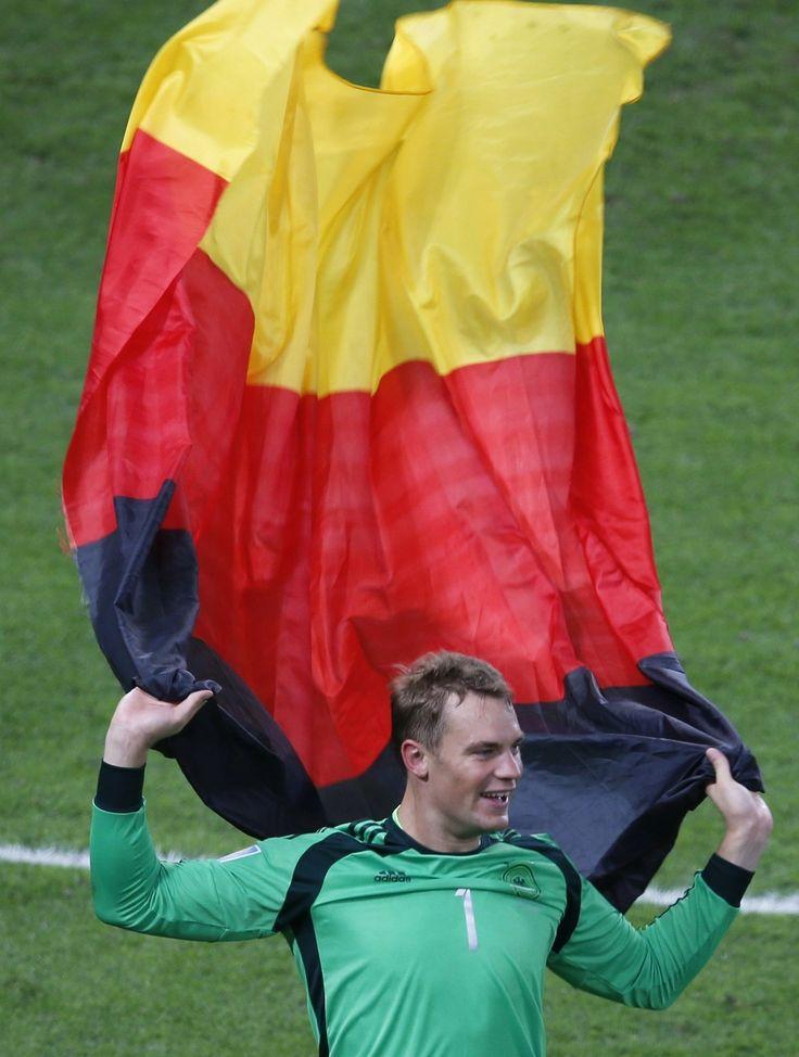 """El orgulloso Manuel Neur, mejor arquero del mundial, también con motivos para celebrar: «Final, Alemania [1] vs. Argentina [0], 2014 FIFA Copa Mundo Brasil, """"todos en un mismo ritmo""""» [domingo, 13 de julio de 2014]."""