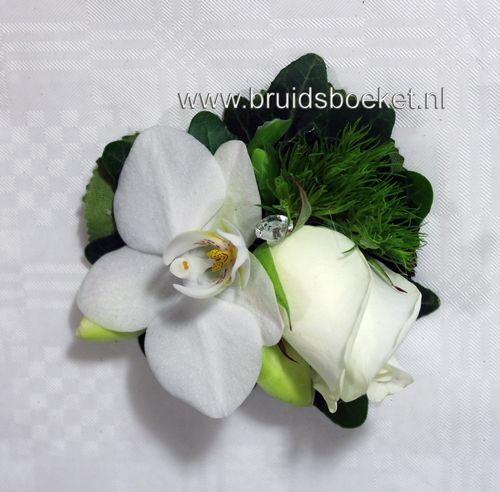 Bij waterval bruidsboeket passende corsage, met orchidee en roos. Met of zonder parels, en natuurlijk in vele kleuren zoals fuchsia, roze. Ook vintage stijl is mogelijk.