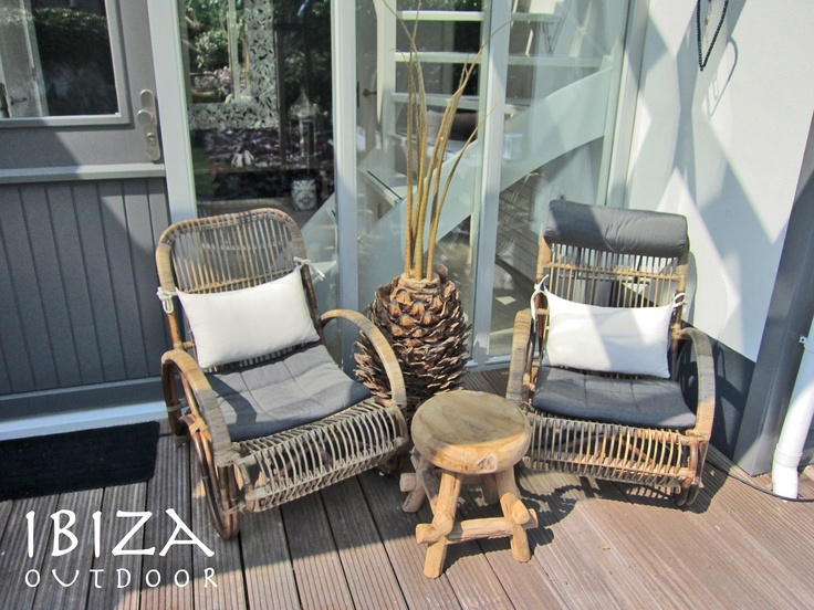 per stoel incl rugkussen. Deze twee bamboe stoelen en houten krukje zijn vandaag naar Alphen aan de Rijn vetrokken, staan erg leuk op de veranda aan het water ! Bij interesse in deze items graag even mailen naar Ibizaoutdoor@gmail.com     These two bamboo chairs and Ibiza Stool went to Alphen aan de Rijn, must say they look very nice on this porch near the water! when interested in these items please do email me.