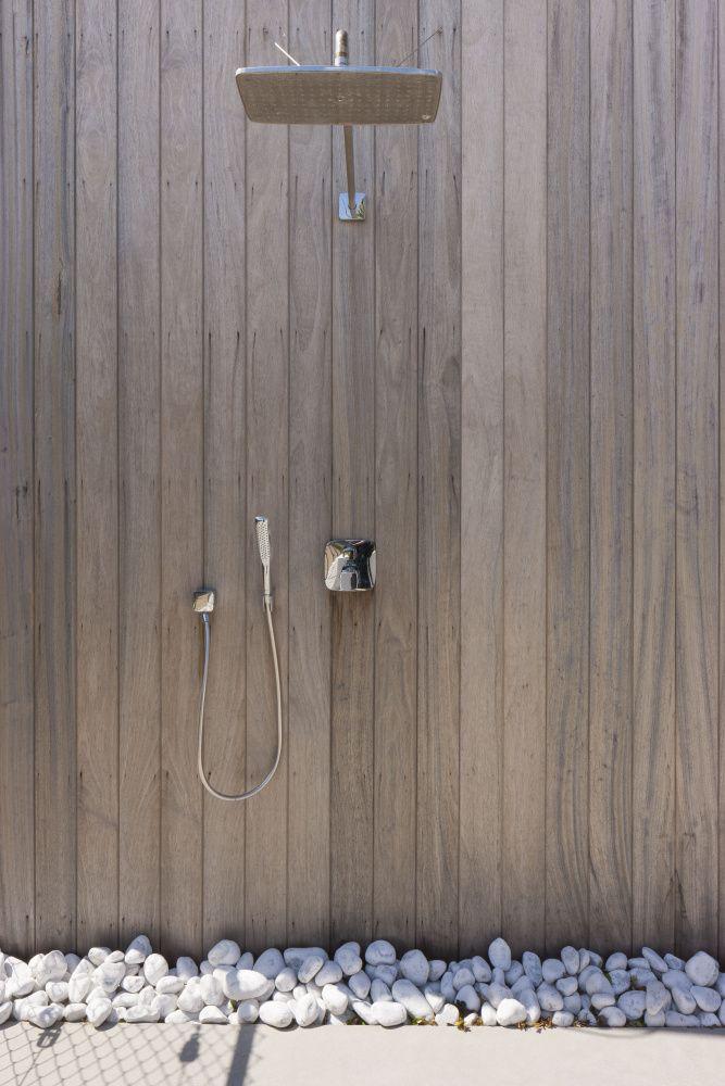 buitendouche tegen carport in padoek - planken verticaal voor betere afwatering en egale vergrijzing
