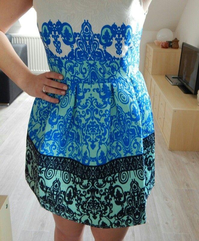 Krásné strakaté šaty