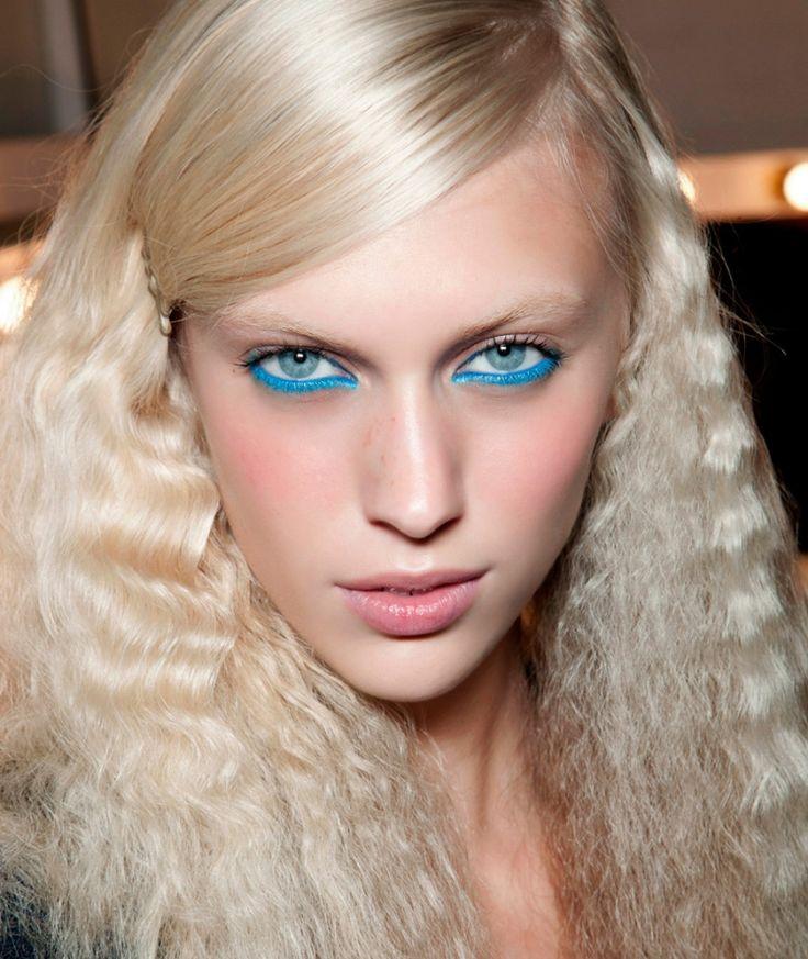 80er-frisuren-lange-blonde-haare-crimpen-eyeliner-neonblau-tuerkis