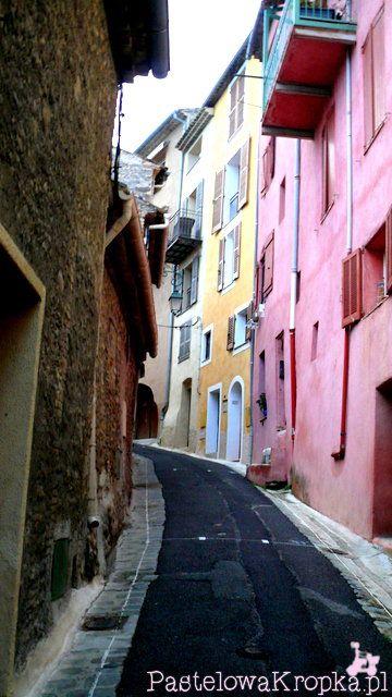 Piękna uliczka starego miasteczka