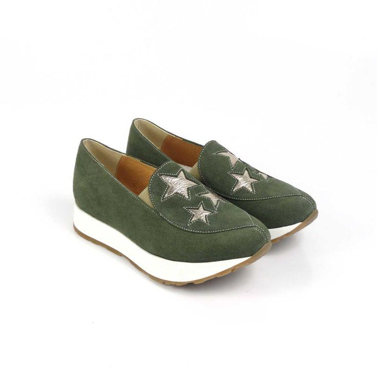 Pantofii de dama Mineli Starlight Litesunt realizați din piele întoarsă în cea mai cool nuanță a acestui sezon: khaki, și sunt stilizați cu steluțedin piele auriu metalizat.