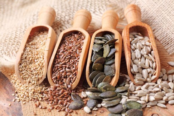 """Seminţele fructelor şi legumelor sunt adevărate medicamente naturiste. De ce? pentru ca in seminte se afla intreg lantul genetic al plantei din care provin. Numai asa aceste mici """"depozite"""" pretioase sunt capabile sa reproduca cu fidelitate planta mama, cu tot ce contine ea. Statisticile spun că românii ronţăie mai multe seminţe decât americanii, consideraţi mari.."""