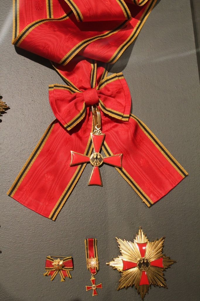 Order of Merit of the Federal Republic of Germany — Grand Cross Special Class set of insignia awarded to Vigdís Finnbogadóttir (1930-…) President of Iceland (1980-1996) by Richard von Weizsäcker, President of West Germany (and later of the Federal Republic) during a solemn ceremony at the Presidential Palace in Bonn (1988).