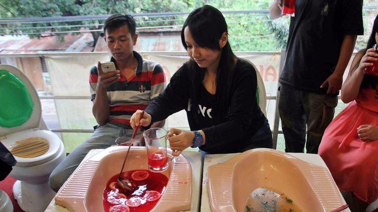 Noch eine Schüssel Suppe aus der Schüssel gefällig? Im neuen Café Jamban (auf Deutsch: WC) auf Java wird Gästen das Essen nämlich in Toilettenschüsseln serviert. Dazu sitzt man standesgemäß auf Toiletten. Doch auch die 4 weiteren Klo-Cafés in Taiwan, China und England sind eine echt skurrile Attraktion.