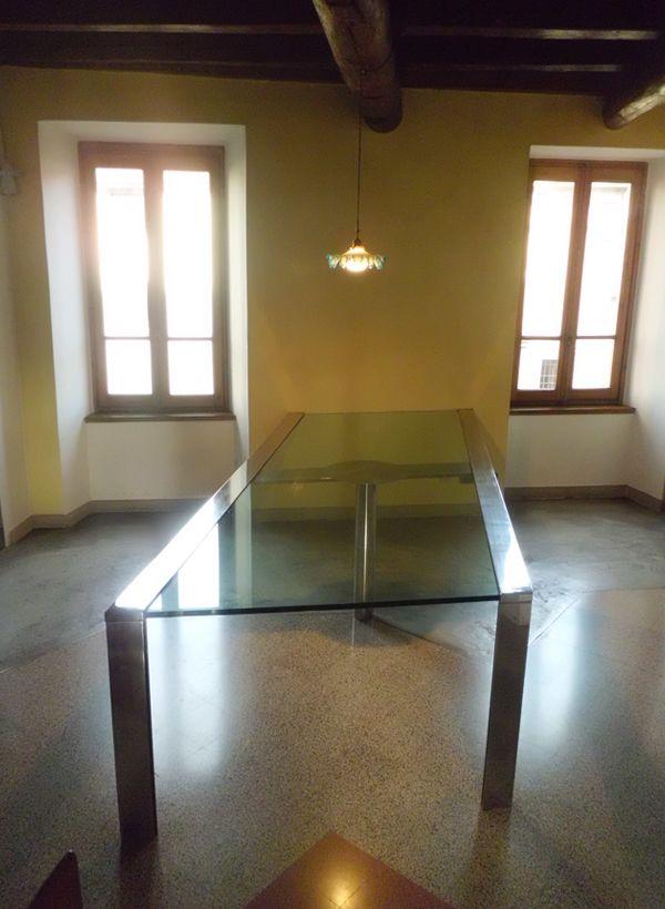 Tavolo a 3 gambe in acciaio e vetro, incassato a muro