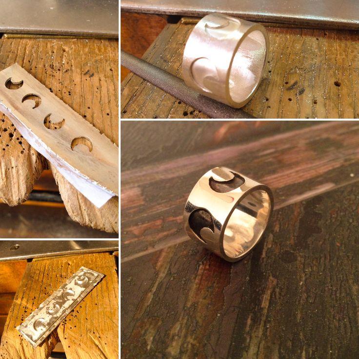Fundir, serrar, soldar, limar, pulir, crear!!  Anillo de plata con lunas :)