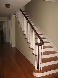 Las escaleras es blanco y café. Las escaleras ir a el desván.
