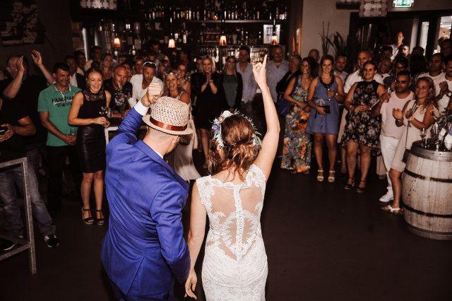 Tipps Fur Den Eroffnungstanz Auf Der Hochzeit Theperfectwedding De Hochzeitstanz Hochzeitunterhaltung Tanzen In 2020 Musik Hochzeit Brautpaar Braut
