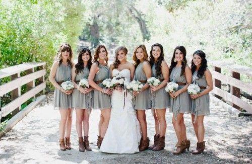 De bruid die graag met beide benen op de grond staat kan toch stijlvol voor de dag komen met bruidslaarzen. Ze geven je jurk een leuke twist en je hoeft niet bang te zijn als je de jurk omhoog tilt om over een plas heen te stappen of als je over een kiezelstrand of drassig grasveld wilt lopen.