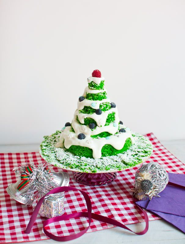 Árbol de Navidad de bizcocho de vainilla, nata vegana y frutas del bosque