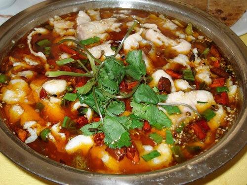 「酸菜魚」は中国の漬物である酸菜と魚を一緒に調理した重慶の名物料理です。酸菜の酸味と新鮮な魚の美味が何とも言えないハーモニーを演じています。