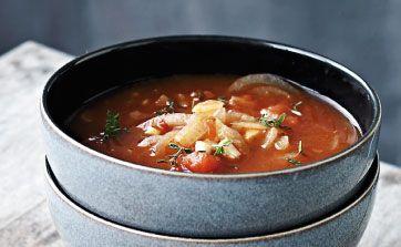 Kan man få for meget løgsuppe? Ikke hvis du spørger mig. Du risikerer kun at få den indre glød tilbage. Suppen her har både en skøn aromatisk duft og en skøn aromatisk smag. Giv den et ekstra varmepift med lidt tørret chili, men endelig ikke for meget