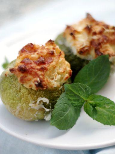 La bontà più assoluta: zucchine ripiene di patate, mozzarella e scamorzahttp://ow.ly/UNOSB #cucina