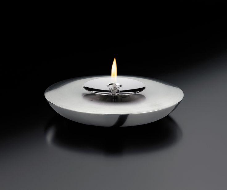 Bardzo gustowna i elegancka lampa oliwna Oildrop niemieckiej marki Auerhahn doda klimatu wnętrzu Twojego domu. Produkt został wykonany z polerowanej stali nierdzewnej. Opływowy kształt lampy i stalowy błysk rozjaśni stół w salonie, jadalni czy na tarasie. Lampa jest łatwa w obsłudze - wystarczy odkręcić środkową część, nalać olej, zakręcić i już!