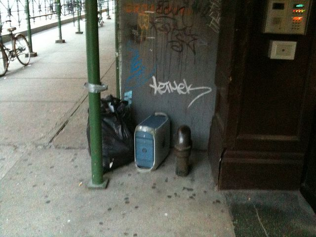 Power Mac G4 Discarded in the Trash [pic]