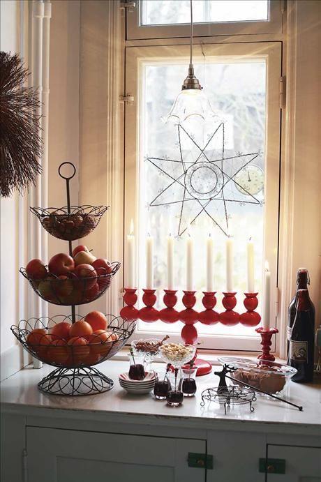 Motstående sida, lilla bilden: Järntrådsstjärnan i fönstret är gjord av Annika Nyman, Cosas, liksom...