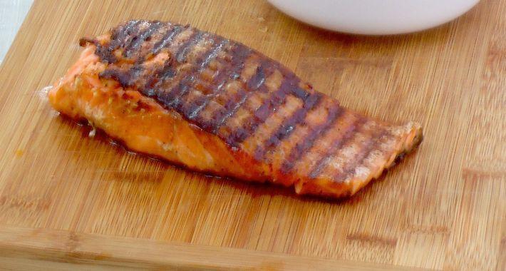 Door de hitte van de pan, plakt de vis niet vast aan de pan en krijg je gegrilde zalm in soja het beste resultaat.
