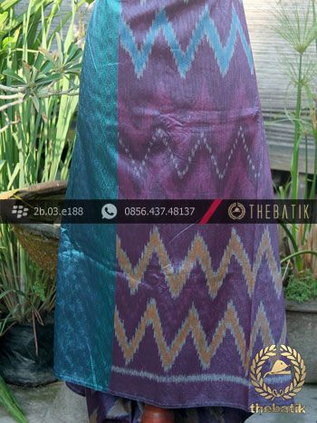 Kain Tenun Indonesia Warna Ungu Tumpal Tosca | Purple Ikat http://thebatik.co.id/kain-batik-bahan/