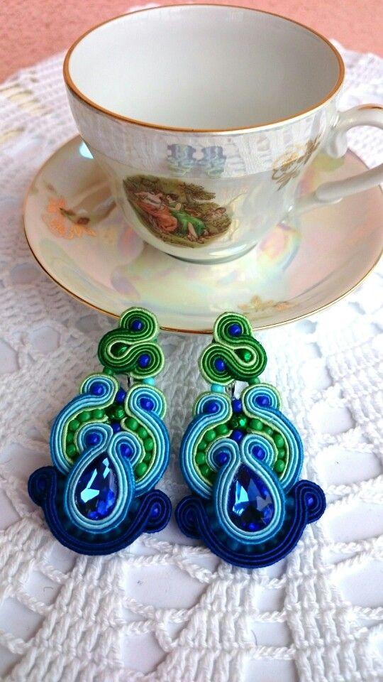 Kolczyki, a tak naprawdę klipsy zielono - niebiesko - granatowe z kryształkiem fasetowanym. Długość 6 cm.