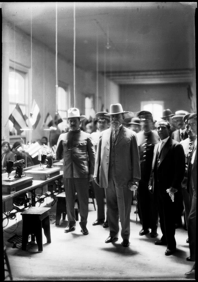 El presidente electo Venustiano Carranza y el general Álvaro Obregón en la inauguración de los Establecimientos Fabriles Militares instalados en el barrio de Tacubaya, ciudad de México, marzo de 1917.