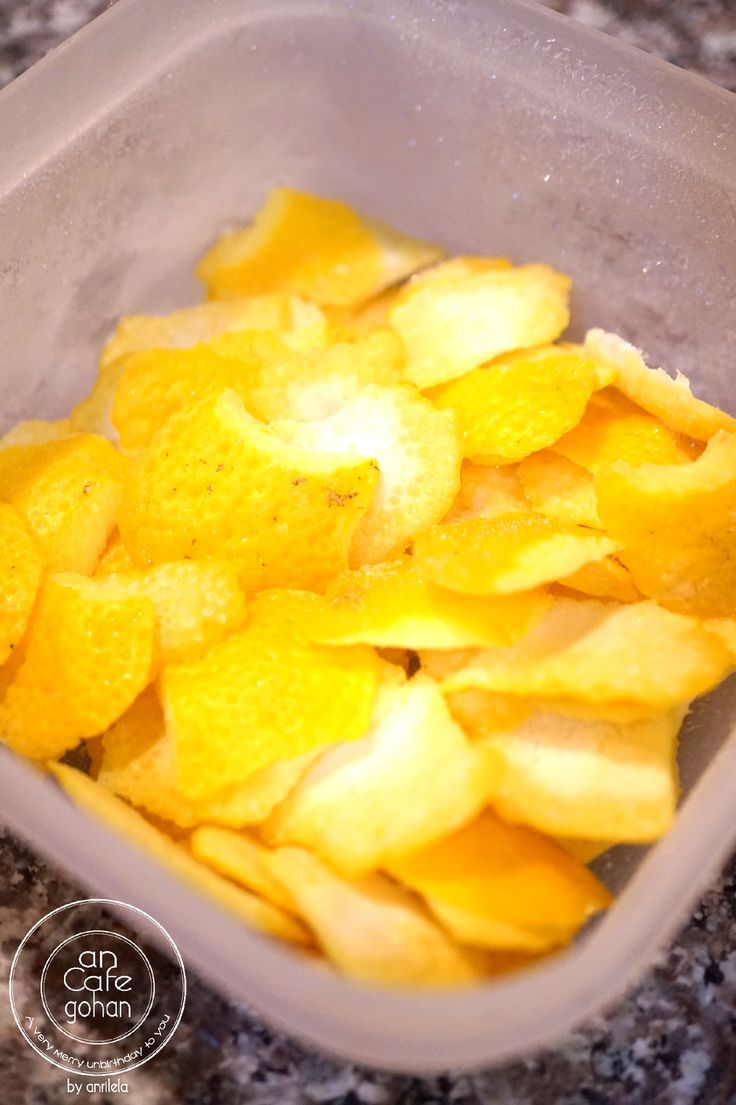 簡単便利♬柚子(ゆず)の冷凍保存方法 好きな時に好きなだけ使える柚子(ユズ)の冷凍保存法です◎ コツも何もないので、是非やってみてくださいね* 材料 柚子 好きなだけ タッパー 1個 作り方 1冬は安く簡単に手に入る柚子様♡ まずは柚子の表面をよく洗って、しっかり水分を拭き取っておきます。 2一回に使う分くらいに写真のように皮を切り分けます。 3あとはちょっと大きめなタッパーにポイポイ入れ、一晩冷凍させます。 4 一晩たったら、タッパーの蓋をしたままシャカシャカ振れば完成〜! くっつかず、好きな時に取り出して使える便利柚子の完成! 5 使う時は使う分だけ出して数分で自然解凍で使えます♬ 茶碗蒸しなどのお料理にパパっと使えますよ〜♬ コツ・ポイント 刻んで冷凍するとクニャクニャになってしまうので、このくらいの大きさで保存するのが一番いいです◎