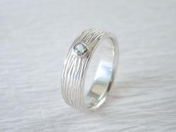 zierlicher Ring mit schöner Struktur und Aquamarin