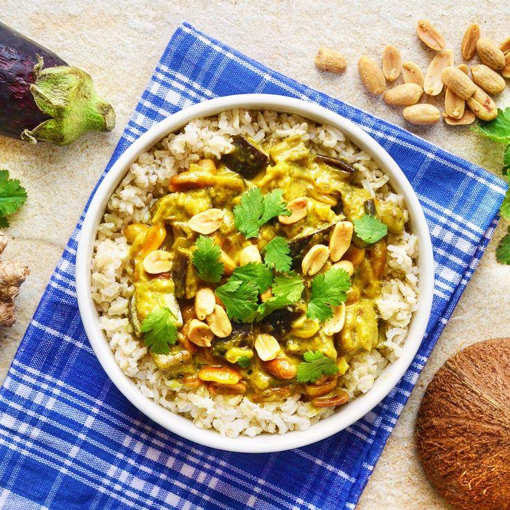 Aubergine- och jordnötscurry med fullkornsris! Receptet finns i meny 30. 😊💚  www.allaater.se