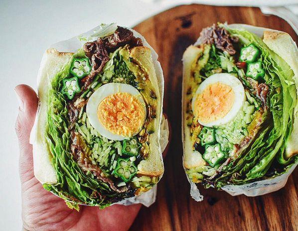 今、インスタで流行の部活といえば「#カレー部」でも「#パスタ部」でもなく、「#もりもり野菜サンド部」だ。3ヶ月ほど前に初投稿されてから既に600件以上の投稿が集まっており、あふれんばかりの野菜をはさんだサンドイッチの写真が投稿されている。さらにこのタグを盛り上げるべく、インスタジャック企画が進行中だという。