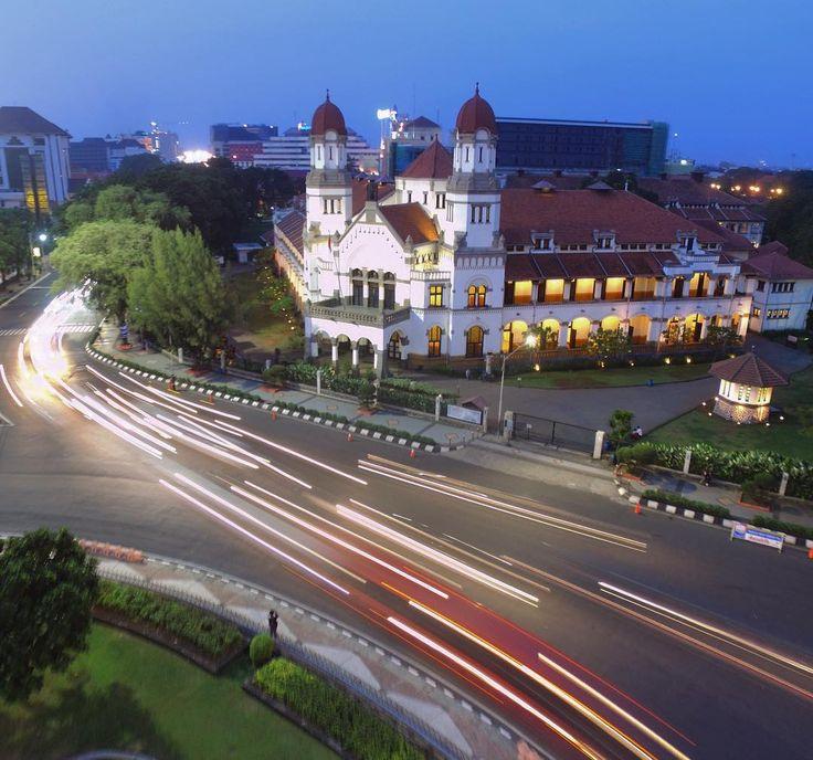 Disisi megahnya Tugu Muda yang menjulang Dolaners bisa menemukan sebuah bangunan megah dan berarsitektur indah. Bangunan megah tersebut tidak lain adalah Lawang Sewu Semarang.[Photo by instagram.com/andra_79]