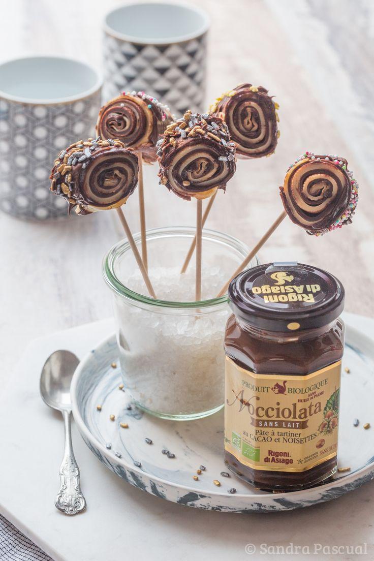 Crêpes « Sucettes » (et pas Suzette) roulées, natures et au chocolat, présentées sous forme de sucettes pour une Chandeleur ludique.