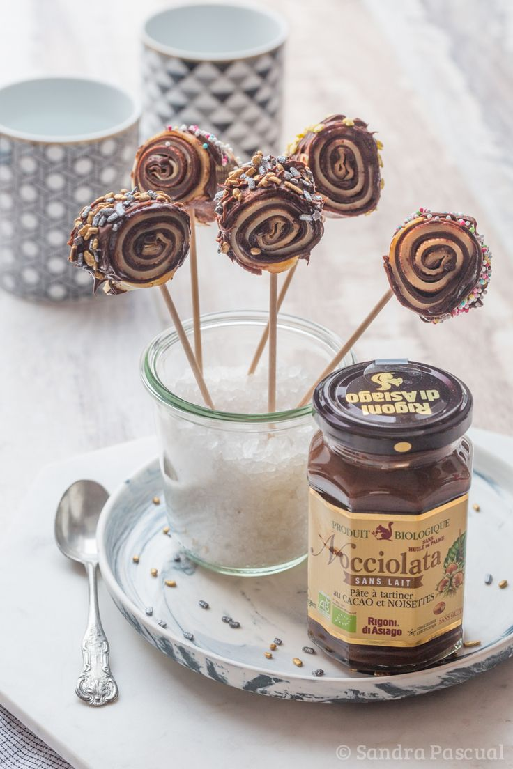Rolled pancakes, nature and chocolate, presented as lollipops for a fun Candelmas!