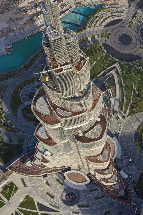 Incrível! Não há outra palavra para descrever a Khalifa Tower, o prédio mais alto do mundo que fica em Dubai, nos Emirados Árabes. A construção possui 828 metros de altura, 158 andares e, vista de cima, forma a flor-de-lótus, sagrada no Oriente.