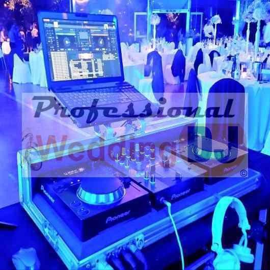DJ per feste di matrimonio con attrezzatura professionale: consolle Pioneer e impianti JBL e Yamaha Nexo.
