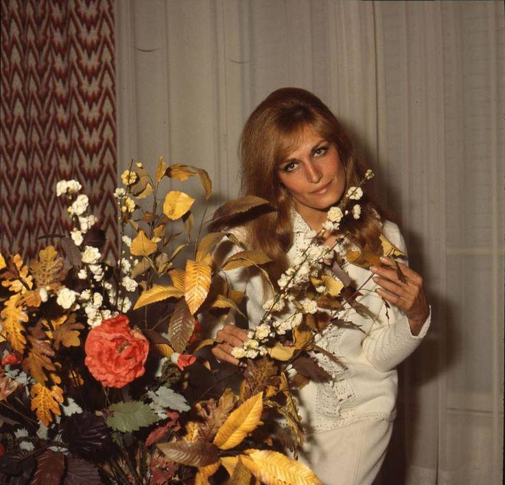 Dalida © 1966 - Rue D'horcampt (dans sa maison)